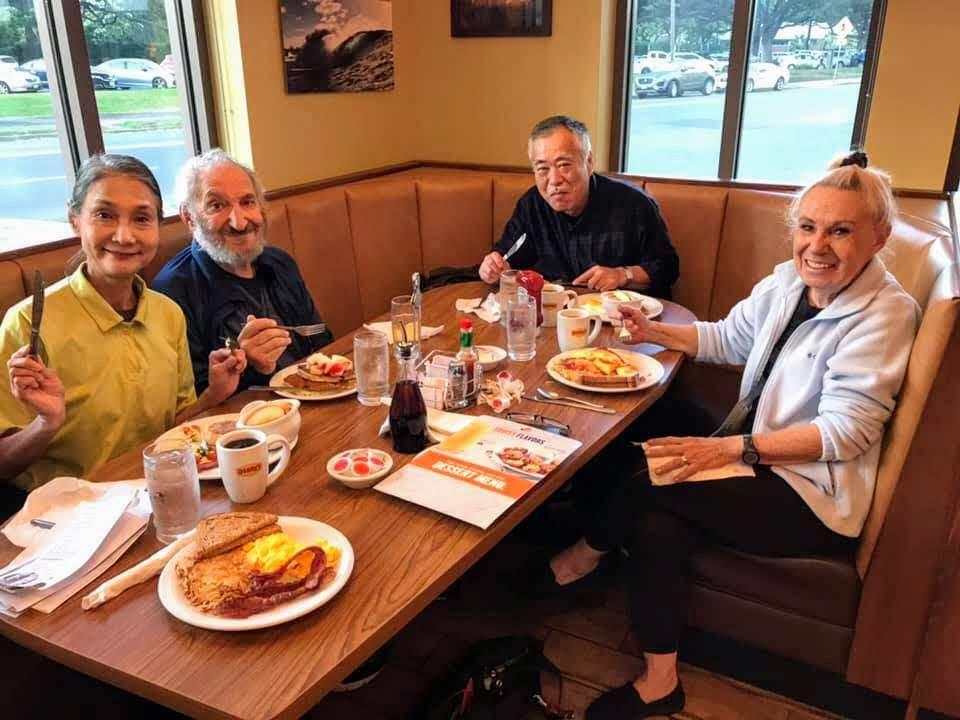 デニーズでの朝食 右からコーニー、本橋さん、ミッキー、チズコ